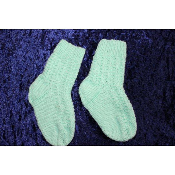 Lysegrønne strikkede sokker til børn